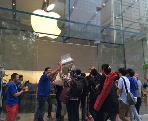Apple Store表参道前の行列